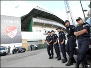 Policiais protegem estádio onde partida será realizada