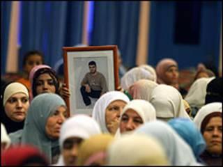 اقارب معتقلين فلسطينيين
