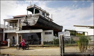 Một tàu đánh cá bị sóng thần cuốn lên nóc nhà ở Aceh