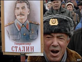 Manifestante con un cartel de Stalin
