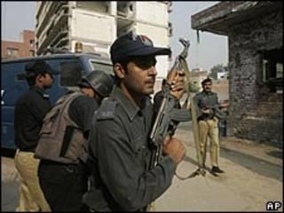 قوات الأمن الباكستانية خلال اشتباكات لاهور