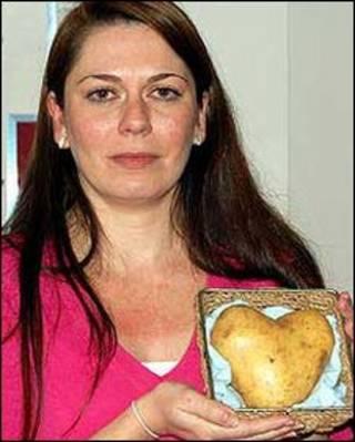 Becky Needs em foto com a 'batata do amor'