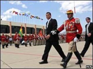 El presidente de Ecuador, Rafael Correa, es recibido con honores a su arribo a Cochabamba