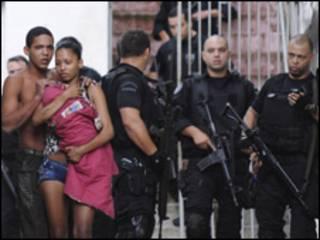 Policiais e moradores da favela Morro dos Macacos