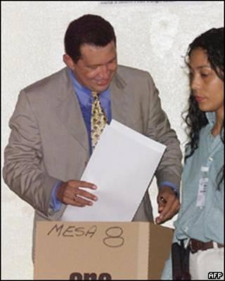 Hugo Chávez votando en la elección de 1998