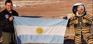 Pablo de León con una bandera de Argentina y un astronauta. Foto: Planetary Space Suit Design Team