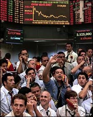 Operadores na Bolsa de Valores de São Paulo (arquivo)