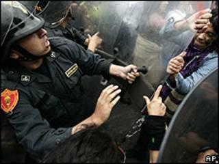 Manifestantes chocan contra la policcía frente al Congreso en Lima