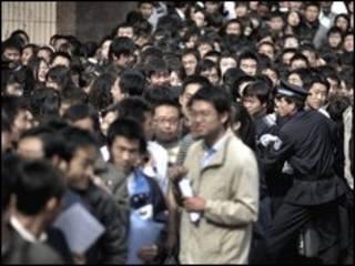 طلاب صينيون امام معرض لفرص العمل