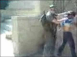 مقطع من فيديو اهانة الشرطة الاسرائيلية لفلسطينيين