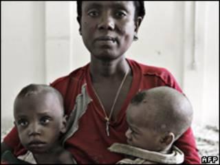 Mulher etíope com dois filhos subnutridos