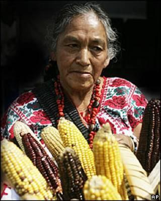Mujer con cesta de mazorcas