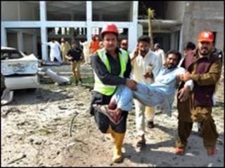 Ferido é resgatado de local de explosão em Peshawar