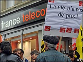 Sindicalistas protestam contra a France Télécom após onda de suicídio