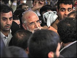 حمله به مهدی کروبی در نمایشگاه مطبوعات