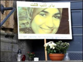 صورة مروة الشربيني على لافتة أمام محكمة دريسدن
