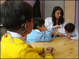 Niños ecuatorianos en terapia.