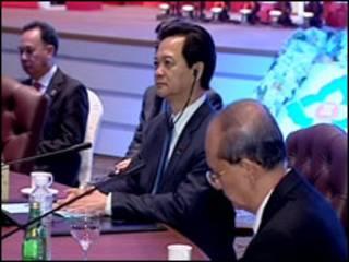 Thủ tướng Nguyễn Tấn Dũng tại một cuộc họp trong hội nghị