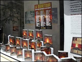 Una vidriera en París expone libros del fundador de la Cienciología, Ron Hubbard.
