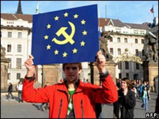 Manifestante contrário ao tratado