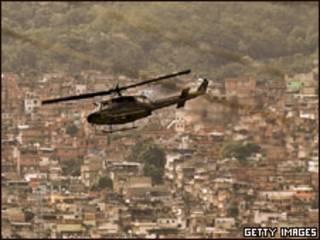 Helicóptero da polícia sobrevoa favela no Rio (foto de arquivo)