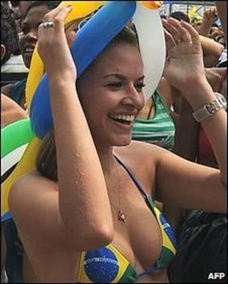 Mujer festejando en Rio