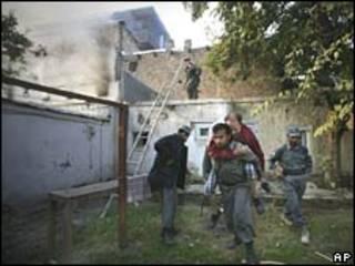 پلیس در حال انتقال یک زخمی حادثه کابل
