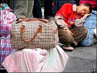 Niño en una estación de tren en China