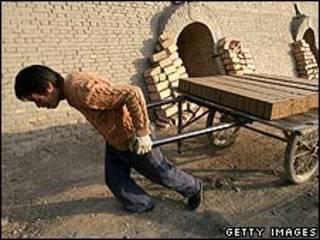 Funcionário pago de fábrica de tijolos na China (arquivo)