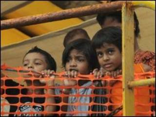श्रीलंका के  शिविर में बच्चे