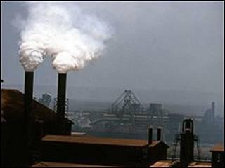 Fábrica lança gases poluentes