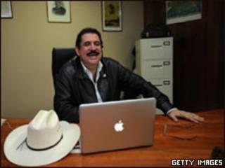 O presidente deposto de Honduras, Manuel Zelaya, na embaixada brasileira em Tegucigalpa