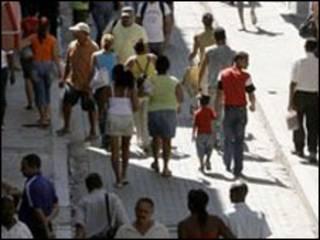 عابرون في شارع في كوبا