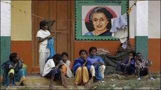 Жители Индии у плаката с портретом Индиры Ганди