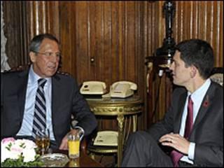 وزير الخارجية البريطاني، ديفيد ميليباند ونظيره الروسي سيرجي لافروف