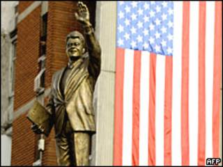 Estatua de Clinton en Pristina.