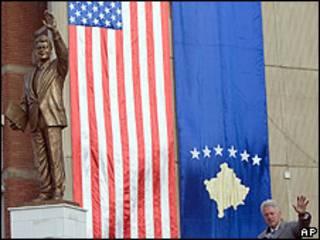 Bill Clinton durante a inauguração da estátua em Pristina