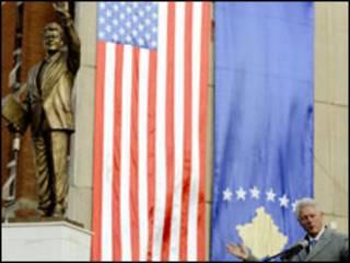 تمثال لبيل كلينتون