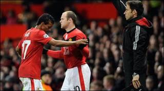 Rooney (giữa)