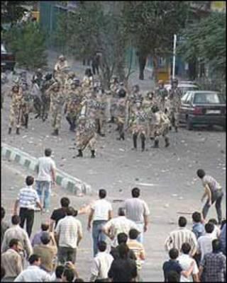 درگیری پلس و معترضان در 13 آبان