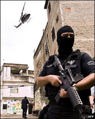 Un policía en favela de Río