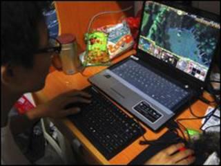 شاب صيني أمام الانترنت