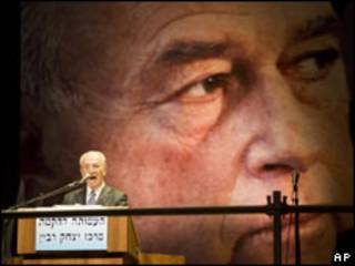 O presidente de Israel, Shimon Peres, em um discurso para marcar o 14º aniversário do assassinato do primeiro-ministro Yitzhak Rabin