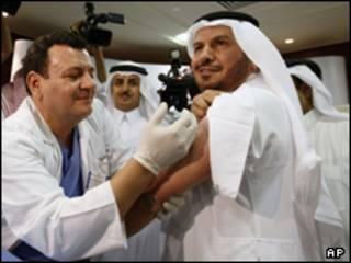 وزير الصحة السعودي، د. عبد الله الربيعة، يتلقى التلقيح