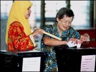 ناخبة ماليزية صينية تدلي بصوتها في انتخابات