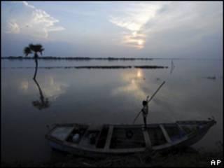 Indígena en una canoa (foto archivo)