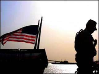 Soldado estadounidense y bandera a media asta.