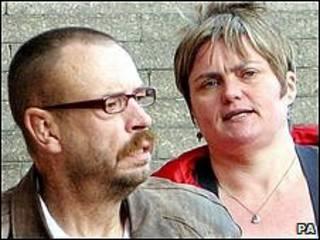 Steve e Caroline Cartwright deixam o tribunal em Newcastle