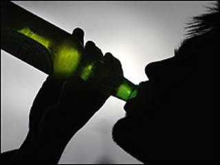 बीयर पीता युवक