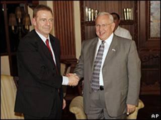 Craig Kelly funcionario del Departamento de Estado y Roberto Micheletti presidente interino de Honduras.